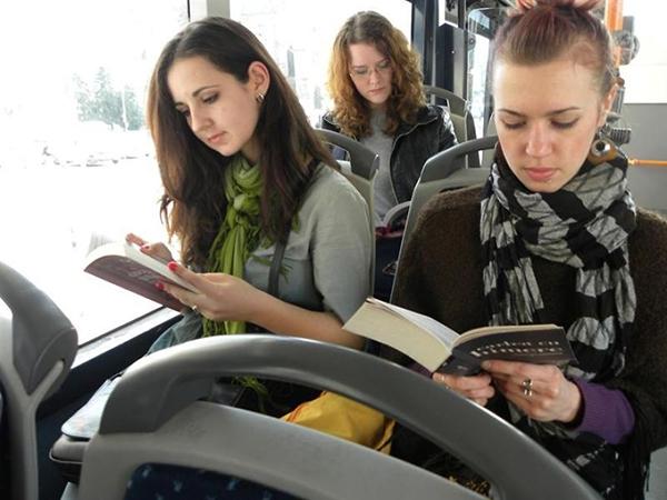 مدينة رومانية تقدم مواصلات مجانية لمن يقرأ كتابا