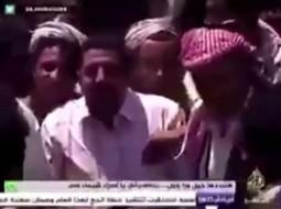 بالفيديو: يمني يسرق هاتف مراسل الجزيرة