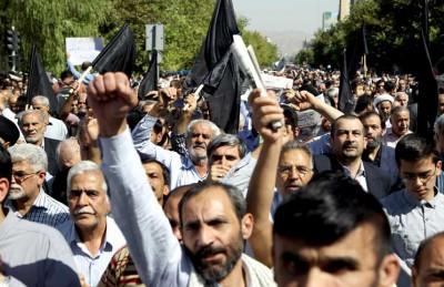 ايرانيون يتظاهرون ضد السعودية