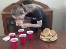 عارضة أزياء تلتهم 20 وجبة ماكدونالدز في 16 دقيقة