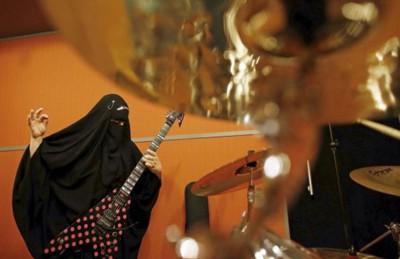 برازيلية منقبة تعزف جيتار