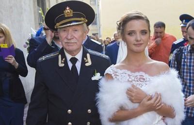 ممثل روسي في الثمانين يتزوج طالبته التي تصغره بـ 60 عامًا