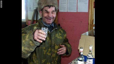 صورة جندي روسي يتناول الفودكا