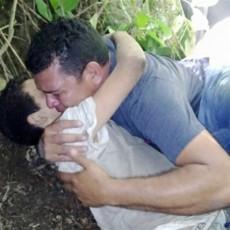لقطات مؤثرة لأب يحتضن ابنه الجريح بعد إجباره على القفز من جسر