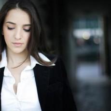 الصحافية لوسي هريش