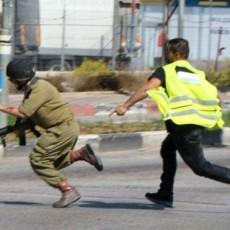 فلسطيني يحاول طعن جندي إسرائيلي