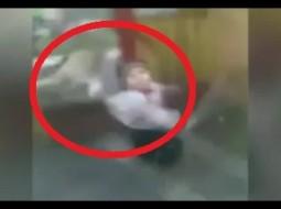 بالفيديو.. امرأة تنقذ طفلها من بين براثن أسد كاد ان يفتك به