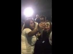 بالفيديو.. هكذا كانت ردة فعل تامر حسني بعدما قبلت فتاة يده