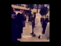 """بالفيديو.. فنان كويتي """"التقط"""" سيلفي مع فتيات سعوديات فهذا ما جرى له!!"""
