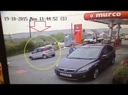فيديو.. عجوز يقود سيارة على عجلتين في مقطع مضحك