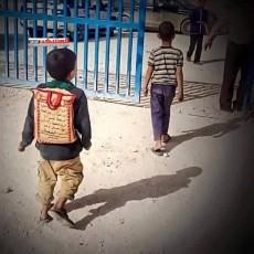 طفل يمني يكمل تعليمه بـ كيس أرز