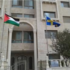 علم السويد يرفرف إلى جانب علم فلسطين