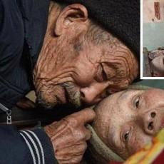 مسن صيني يترك عمله ليرعى زوجته المشلولة