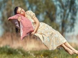 يشعر البعض بأنهم يسقطون فجأة أثناء النوم
