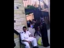 بالفيديو.. أمين شرطة يتقاضى رشوة من أهالي المسجونين بالإسكندرية