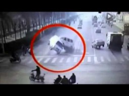 """""""بالفيديو"""": لغز حير الجميع.. سيارات تطير في الهواء بالصين!!"""
