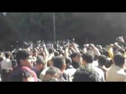 """طلاب يمنيون يقذفون رئيس الحوثيين بالأحذية والحجارة """"فيديو"""""""