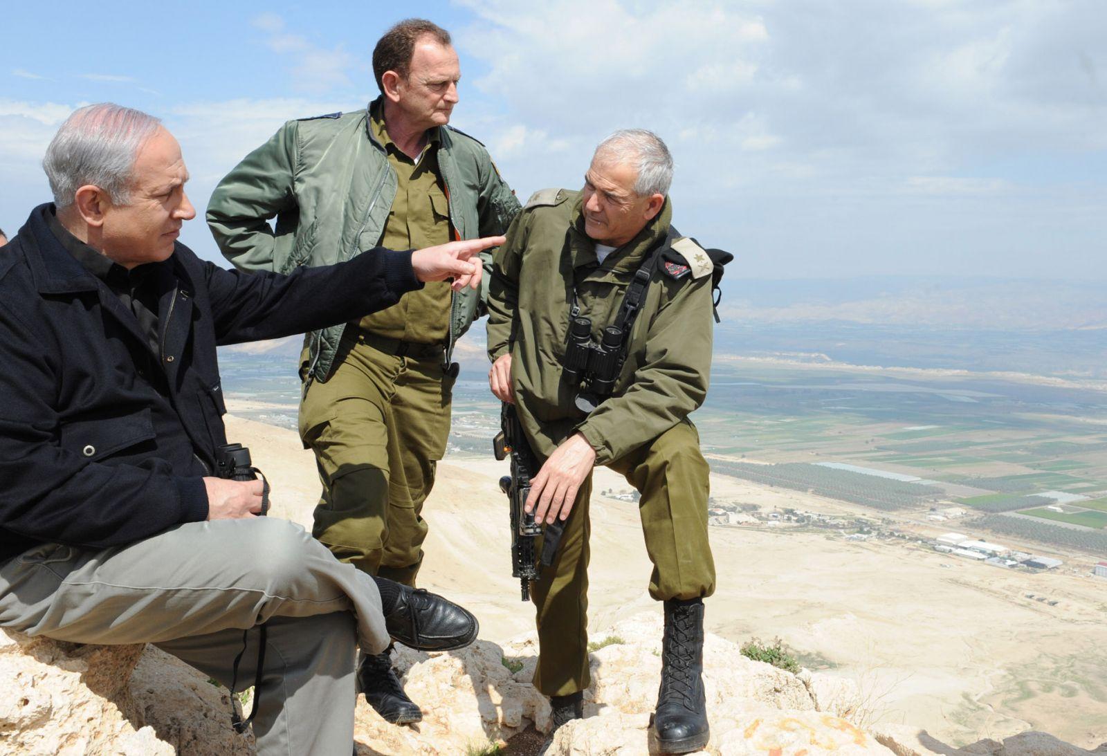 نتنياهو إلى جانب قادة من الجيش