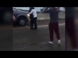 بالفيديو: طلب يدها للزواج وسط الطريق السريع!