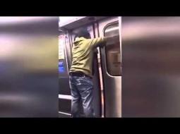 بالفيديو…رجل يفتح باب قطار بالقوة ويقفز منه