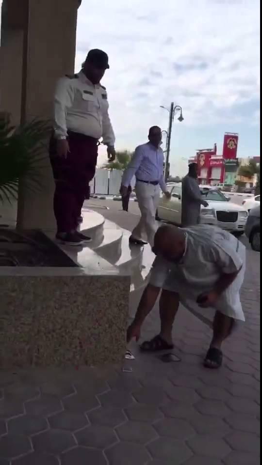 بالفيديو…حارس أمن سعودي يعتدي على مُسن بطريقة وحشية