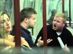 فيديو: رد فعل ركاب مترو على مهاجمة رجل لامرأة ترضع طفلها