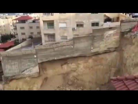 فيديو: انهيار جدار استنادي لبناية سكنية في الأردن