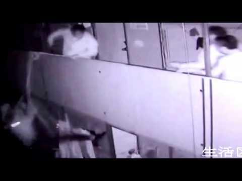 فيديو.. عامل صيني يرمي زميله من الطابق الثاني