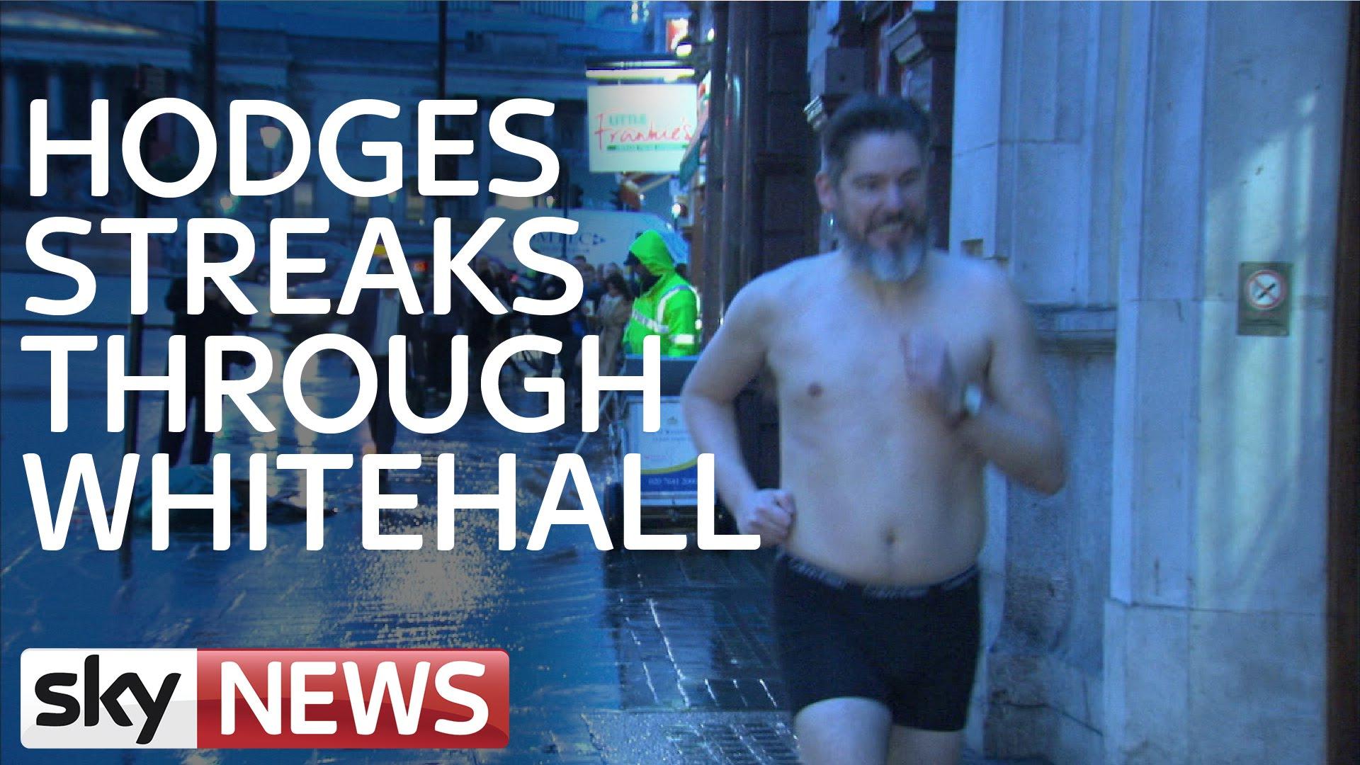 فيديو: صحفي بريطاني يركض عاريا في شوارع لندن