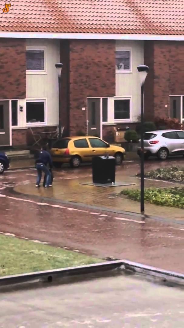 بالفيديو.. هل رأيت رجلاً يعاني من إلقاء القمامة؟… أهلا بك في هولندا