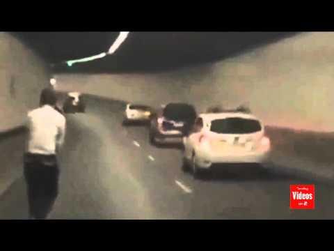الفيديو…رجل يعبر نفقاً خطيراً بالسكوتر!