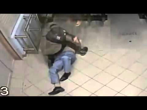 بالفيديو: روسيتان تهاجمان رجلاً مشرداً بوحشية