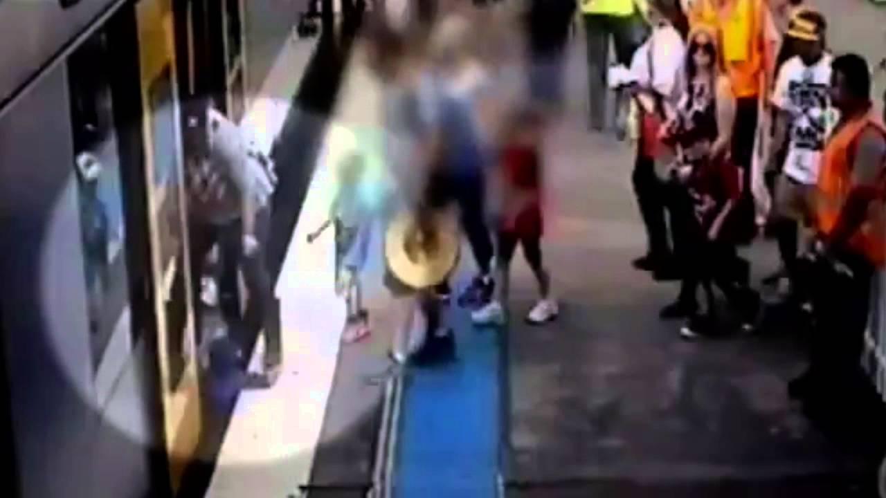 بالفيديو: لحظة سقوط طفلة تحت عجلات قطار