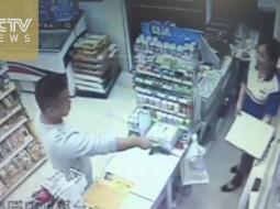 بالفيديو.. رجل يقتحم متجراً بسكين ليسرق ثلاثة علب من العلكة!