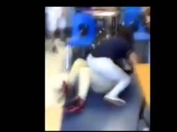 فيديو: شجار عنيف بين طالبتين يجبر مدرسا على الاستقالة
