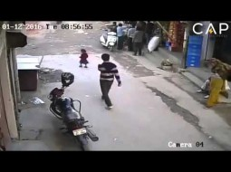 بالفيديو: طفلة تنجو من الموت رغم مرور سيارة فوقها