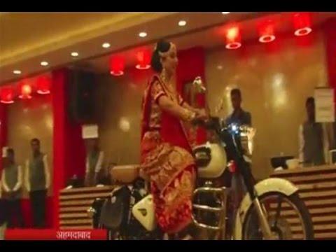 """""""فيديو"""": عروس هندية تحضر زفافها بدراجة نارية"""
