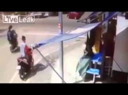 """""""فيديو"""" رضيعة تسقط من حضن والدتها أثناء قيادتها دراجة نارية"""