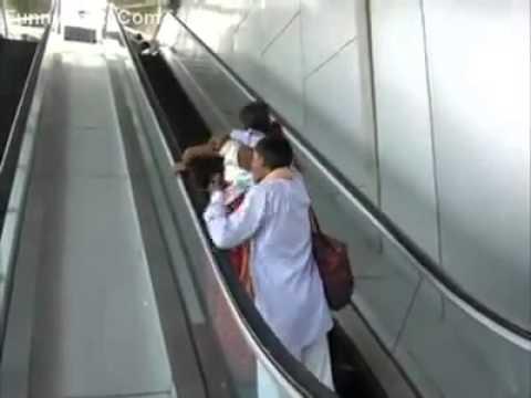 """""""فيديو"""": رد فعل امرأة هندية تصعد لأول مرة على سلم كهربائي"""