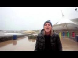 """""""فيديو"""": سمكة تخرج من موجة وتضرب فتاة في وجهها"""