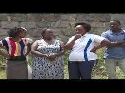 بالفيديو.. رجل كيني يعتدي على زوجته بالضرب أمام الجيران وطاقم صحفي