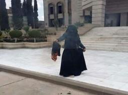 يمنية تحرق حجابها
