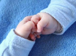 الطفلان التوأمان يختلفان من ناحية الأب