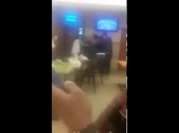 بالفيديو: معركة بين فتاتين بالمغرب بسبب شاب منهمك في أكل الهامبورغر