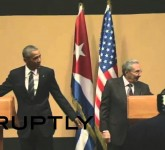 بالفيديو .. الزعيم كاسترو يمنع أوباما من وضع يده على كتفه
