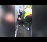 فيديو.. لص يبكي ويعتذر لأمرأة قام بسرقتها