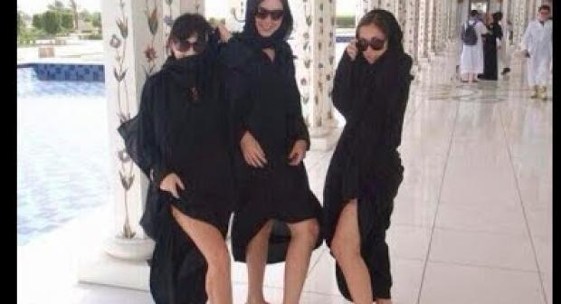 فتيات يكشفن عن أجسامهن في مسجد الشيخ زايد في الإمارات