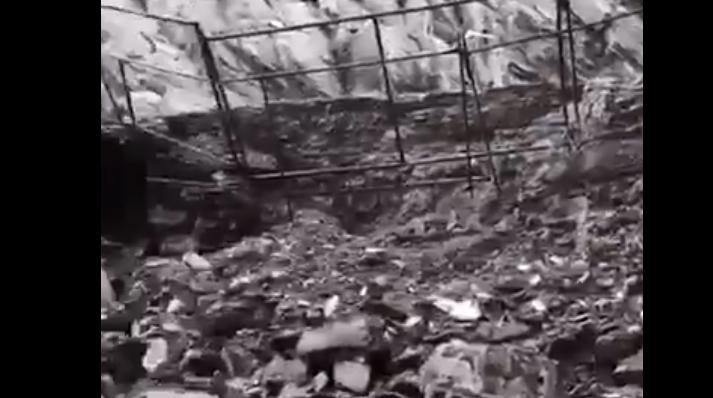 تحت هذه الأنقاض دفن طفل سعودي