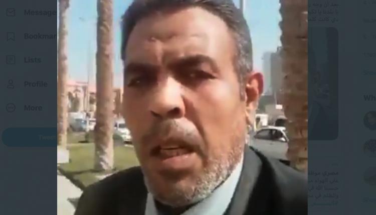 مصري يشعل النار